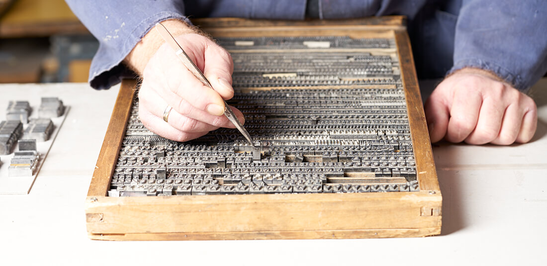 finito Buchbinderei setzen von Buchstaben aus dem Prägekasten